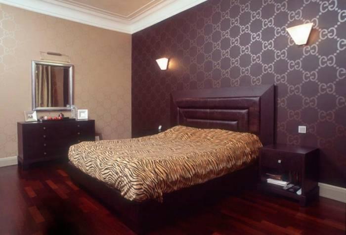 Интерьер спальни, поклеенной бумажными обоями