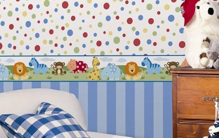 Простой дизайн детской комнаты с разделением стены бордюром