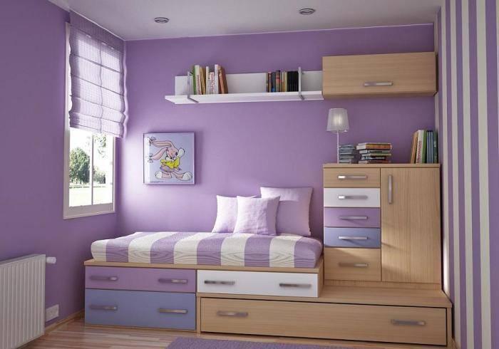 Детская комната, оклеенная лиловыми обоями