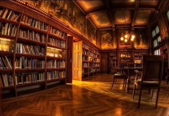 Дизайн библиотеки с книгами и гобеленами