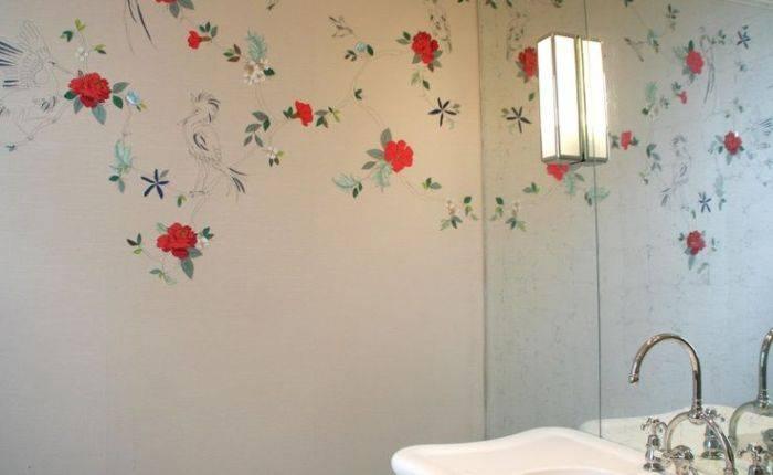 Простой рисунок на стене в ванной комнате
