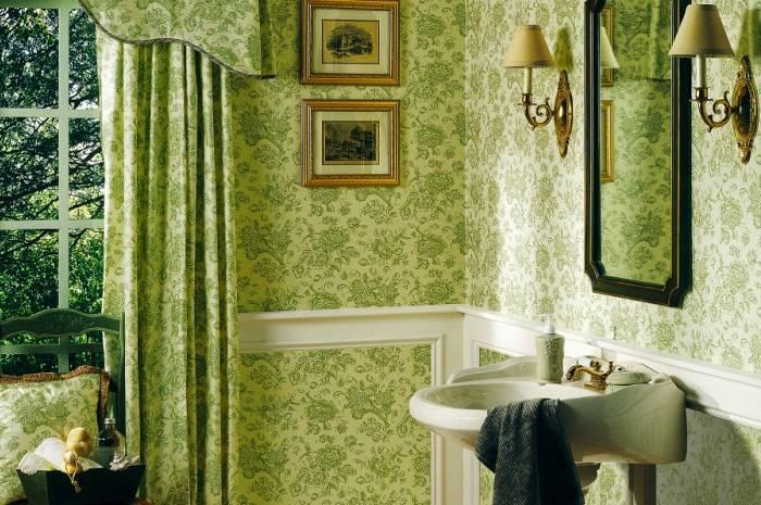 Зеленые обои в ванной комнате