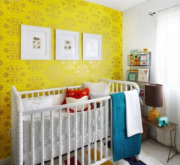 Интерьер в желтых тонах, светлая мебель