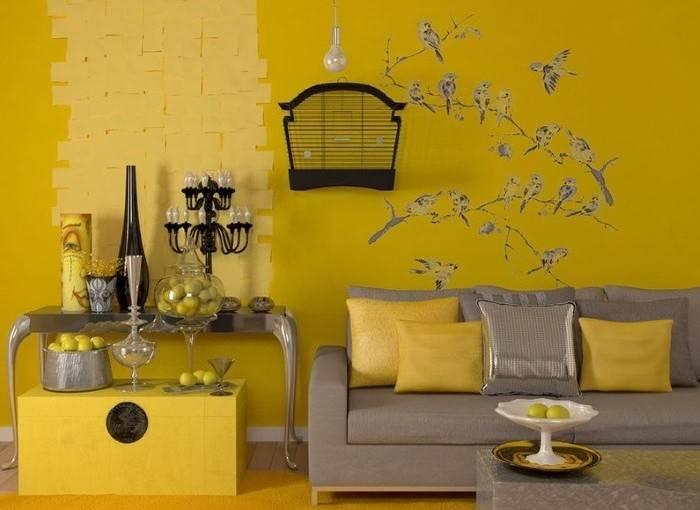 Гостиная в желтых обоях
