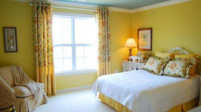 Спальня в желтых тонах, светло и уютно