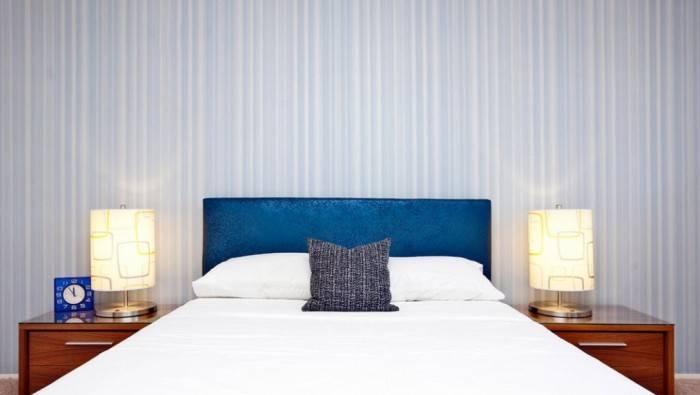 Голубые полоски в спальне