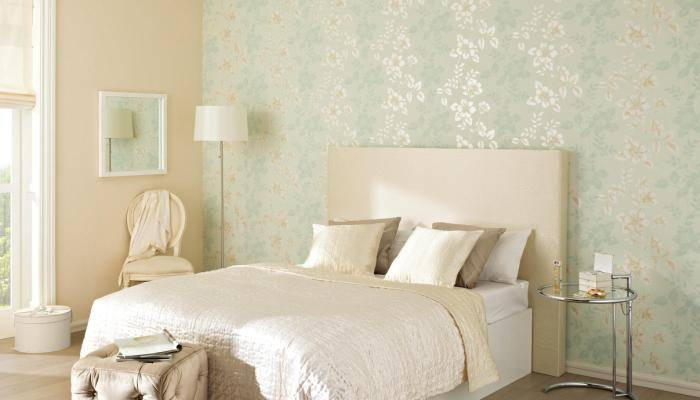 Нежные цвета на обоях в спальне