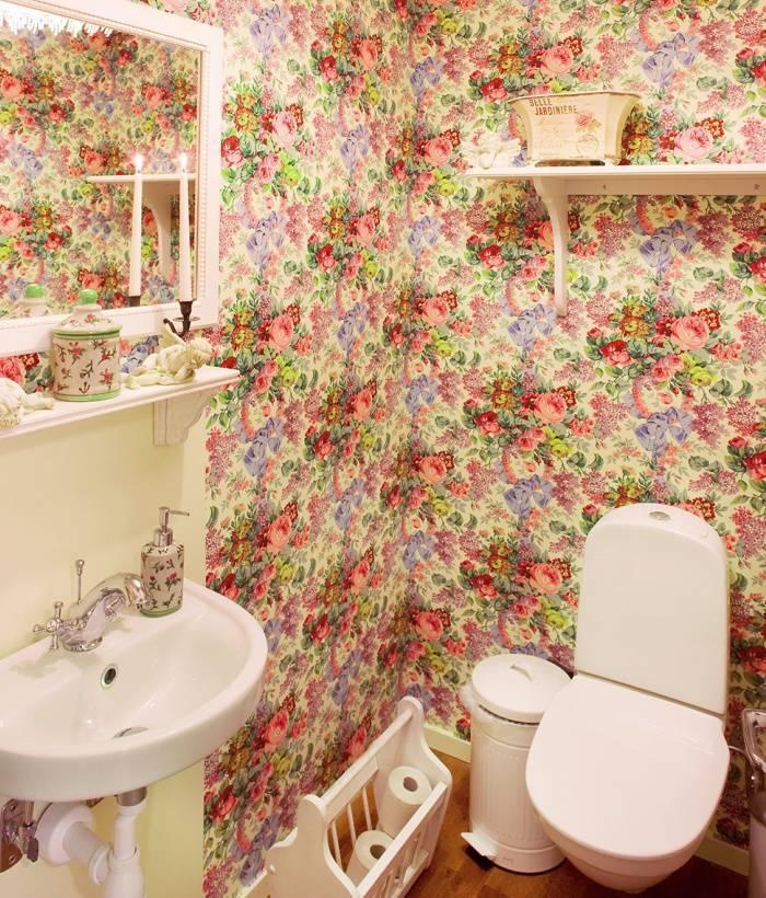 Яркий цветочный интерьер туалета