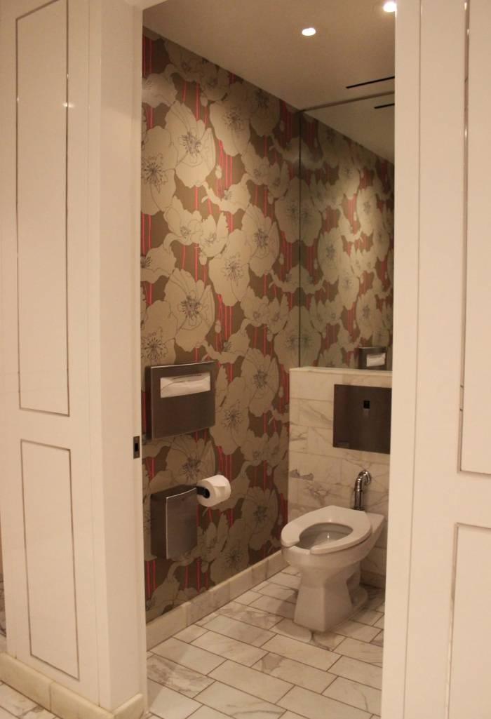 Виниловые обои в туалете