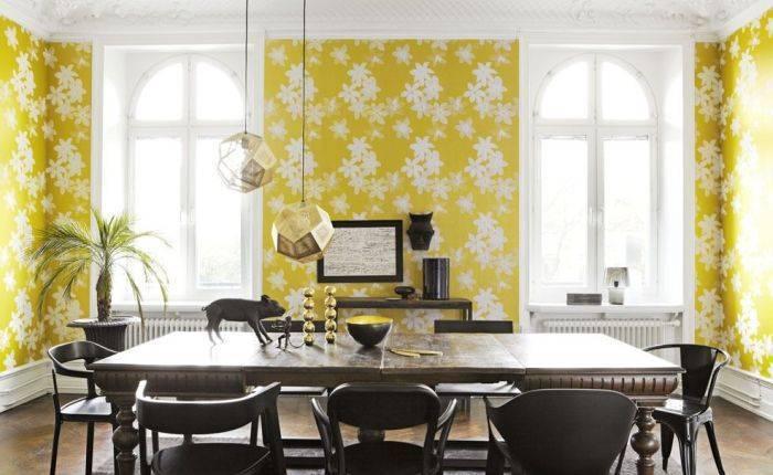Желтые обои с ромашками в гостиной