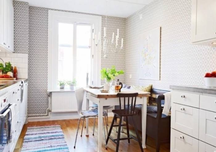 Геометрический рисунок на обоях в кухне