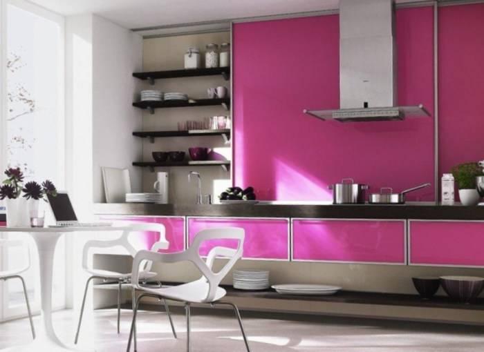 Комбинирование обоями разного цвета на кухне