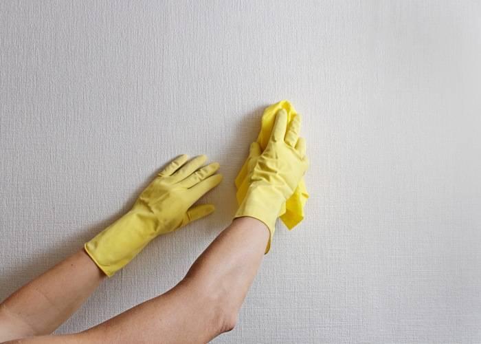 Мытье обоев плавными движениями