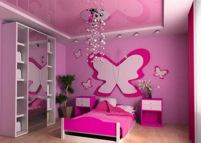 Детская комната с яркими обоями
