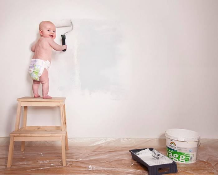 Ребенок красит стену валиком
