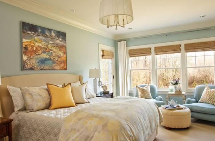 Светло-голубые обои в спальне