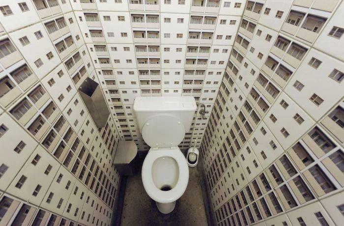 Принт города на обоях в туалете