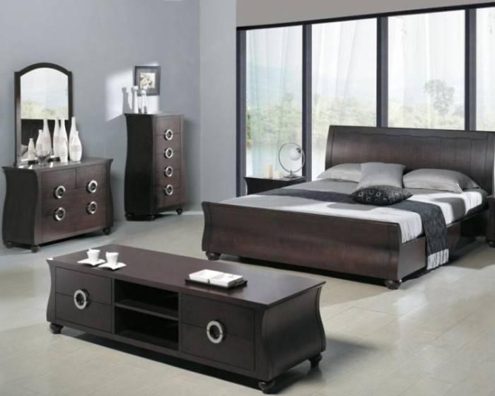 Спальня с большими окнами и блеклыми обоями