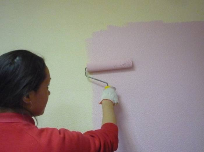 Аккуратная покраска стен девушкой