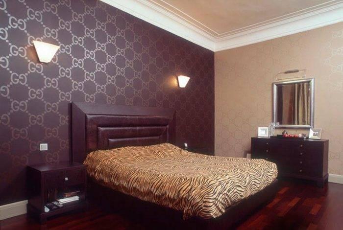 Большая спальня с темными обоями
