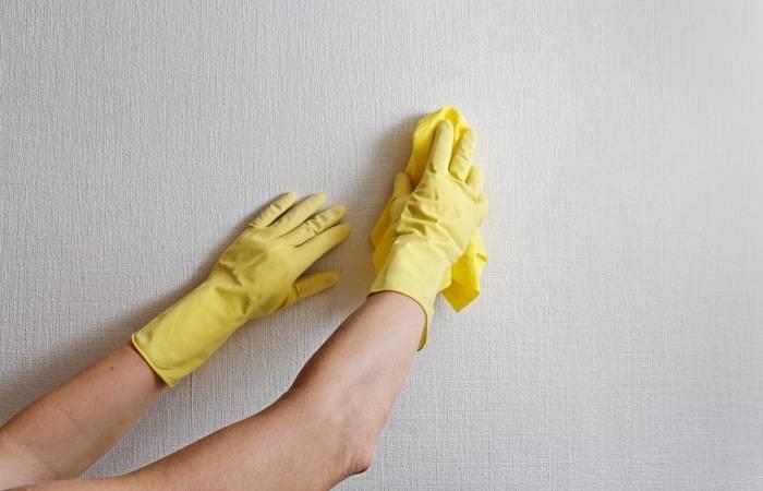 Мытье обоев тряпкой