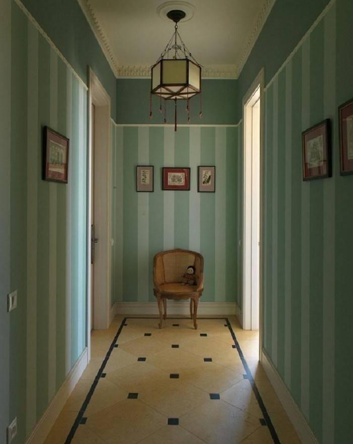 Полосатые обои в коридоре, зрительно увеличивающие высоту потолка