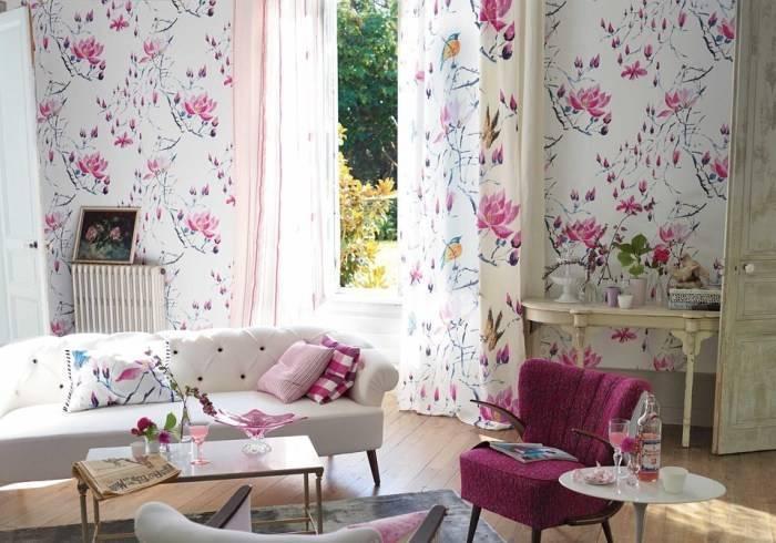 Свтелая гостиная, обои с цветочной тематикой