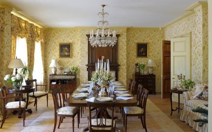 Сервировка большого стола в гостиной