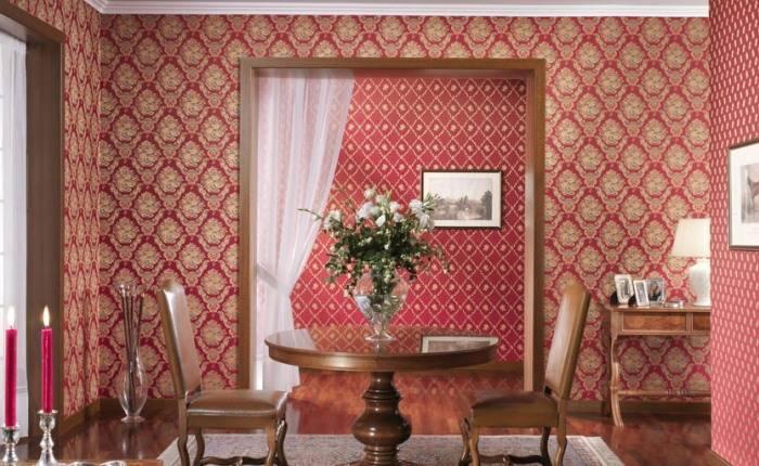 Красные итальянские обои на стенах гостиной