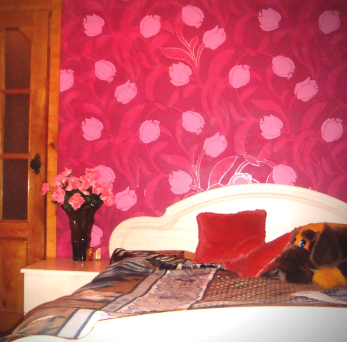 Яркие обои в спальне с цветочной тематикой