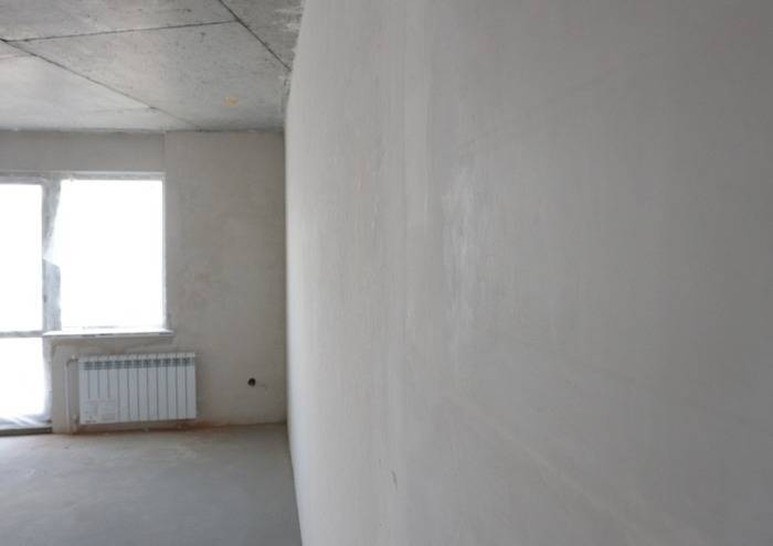 Качественно оштукатуенная стена в комнате