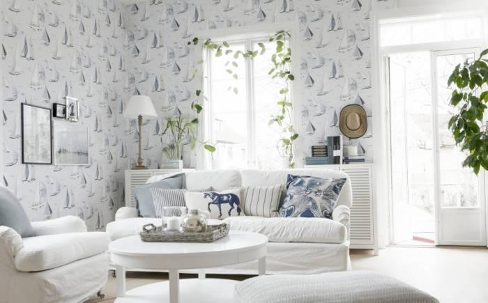 Белый обои увеличивают объем маленькой гостиной