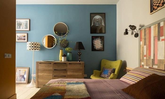 Маленькая спальня с однотонными обоями