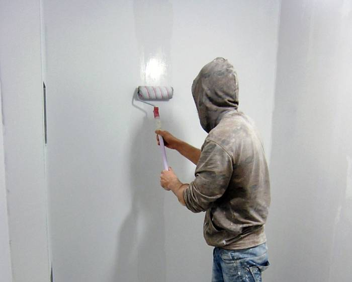 Грунтовка стен при помощи обойного клея