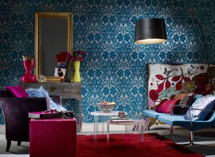 Насыщенная цветами гостиная комната
