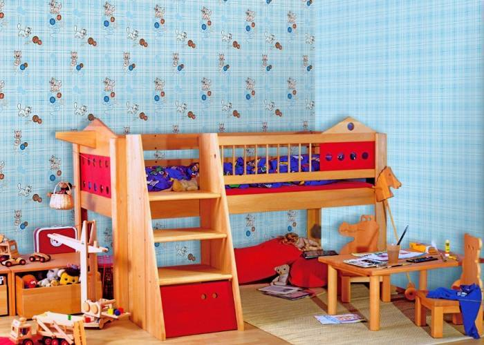 Использование двух видов бумажных обоев в детской