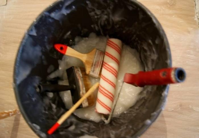 Инструменты после поклейки обоев