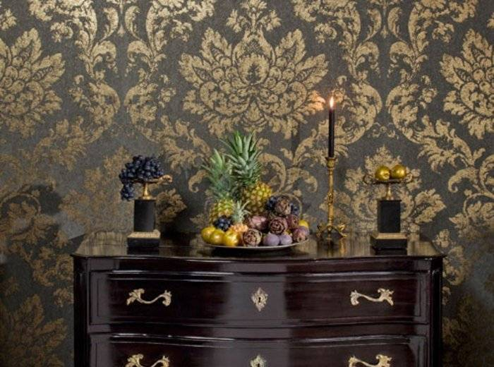 Темная расцветка виниловых обоев с вензелями