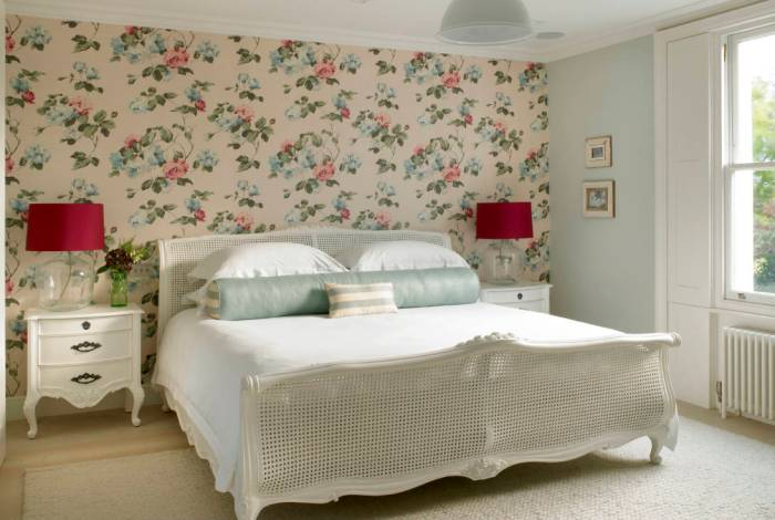 Цветочные мотивы в интерьере спальни