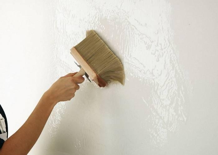 Грунтовка стен клеевыс составом при помощи кисти макловицы