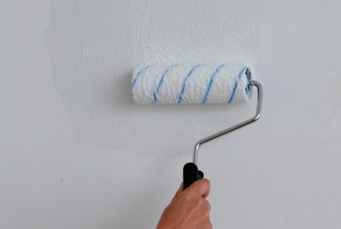 Грунтовка стен клеем