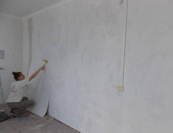 Поклейка обоев под покраску в комнате
