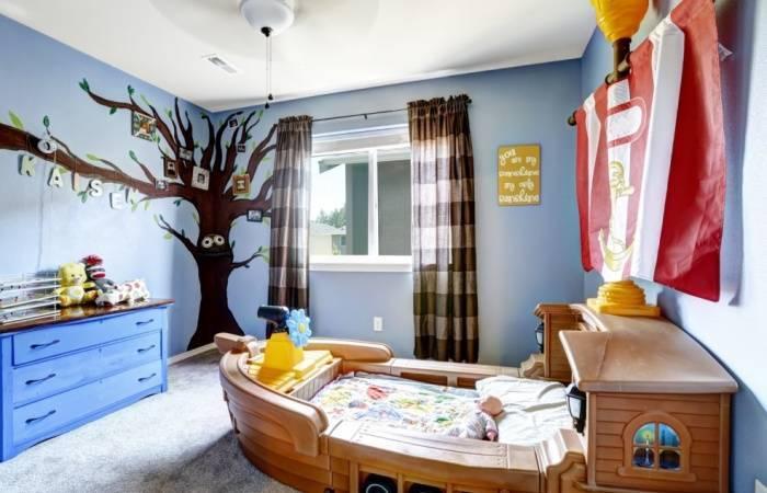 Светлые голубые обои на стенах в детской