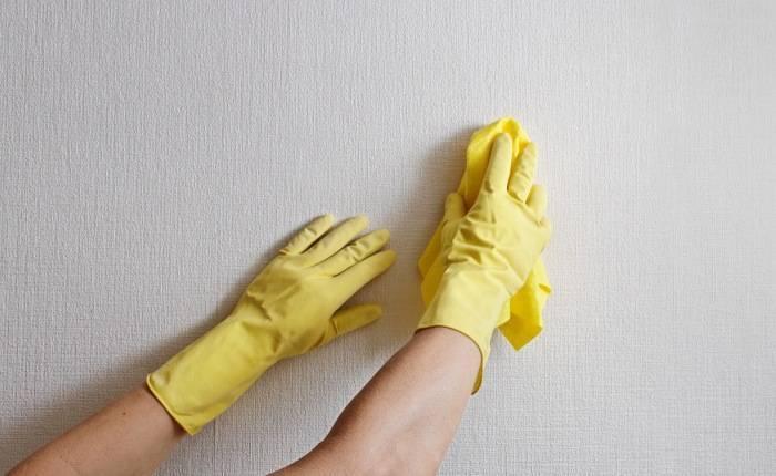 Очистить обои от грязи можно с помощью подручных средств