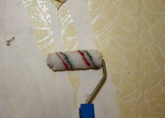 Применение велюрового валика для нанесения воды на стену