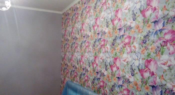 Высыхание обоев на стене
