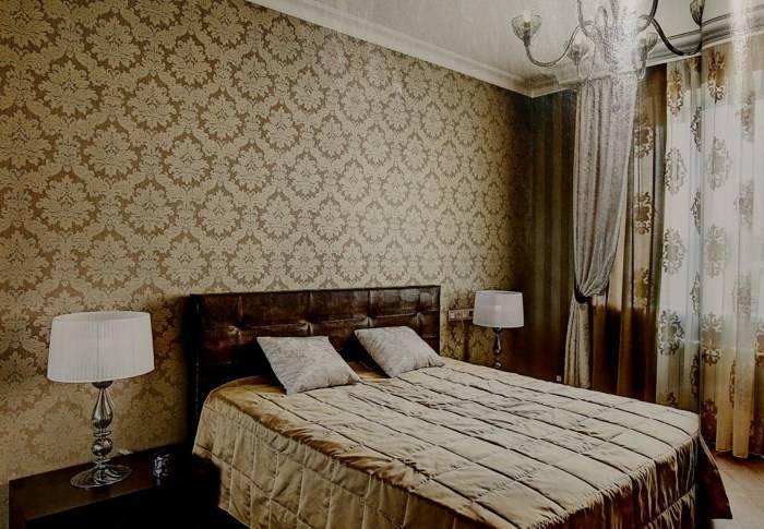 Использование обоев с вензелями в спальне