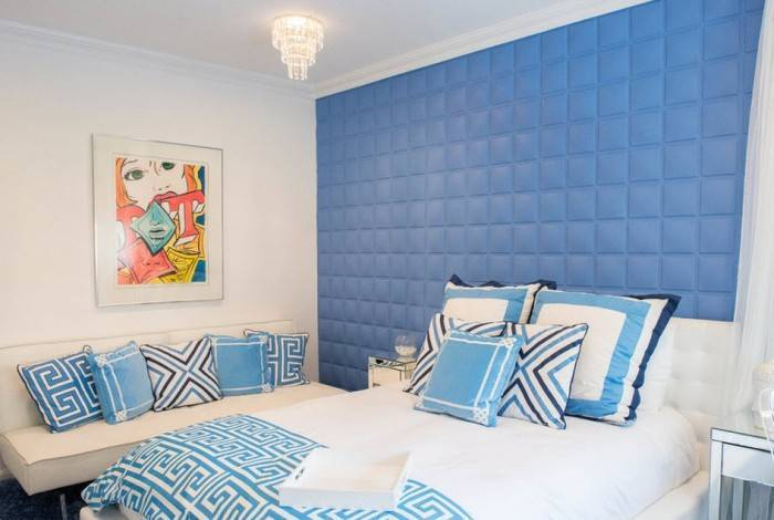 Использование в интерьере спальни синих цветов