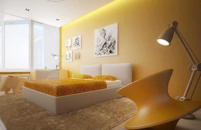 Большая спальня выкрашенная в желтый цвет