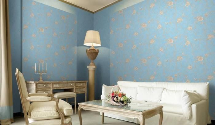 Роскошные голубые обои в гостиной